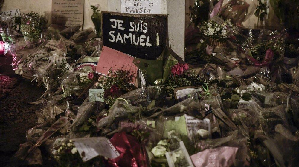 L'heure du recueillement ce mardi 20 octobre à Conflans-Sainte-Honorine (France), après l'assassinat de l'enseignant Samuel Paty.