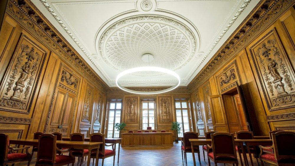 La salle du Conseil général de Neuchâtel accueillera les autorités de la nouvelle commune fusionnée.
