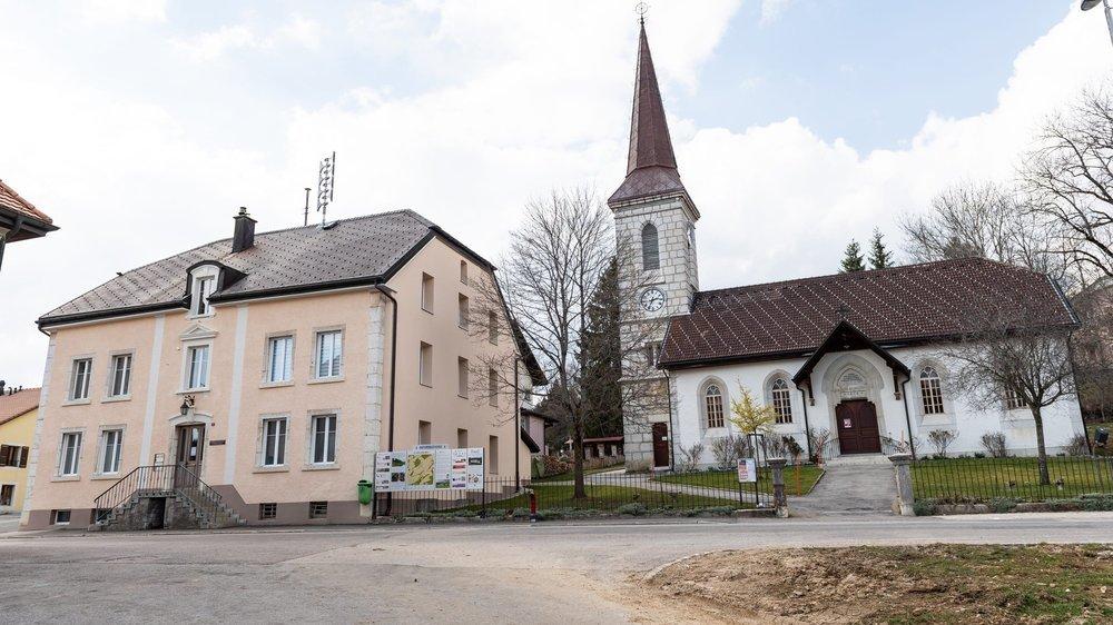 La maison de commune (à gauche) et le temple de La Côte-aux-Fées.