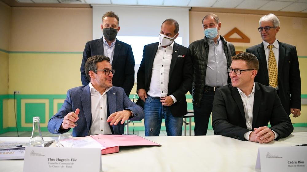 Le conseiller communal chaux-de-fonnier Théo Huguenin-Elie, et le maire de Morteau Cédric Bôle, signent la lettre de candidature, à la mairie de Morteau.