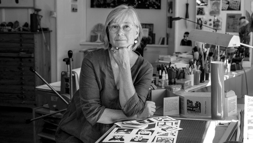 Catherine Louis dans son atelier de La Chaux-de-Fonds, une photo à l'image du film de l'association Films Plans-Fixes, en noir et blanc également.