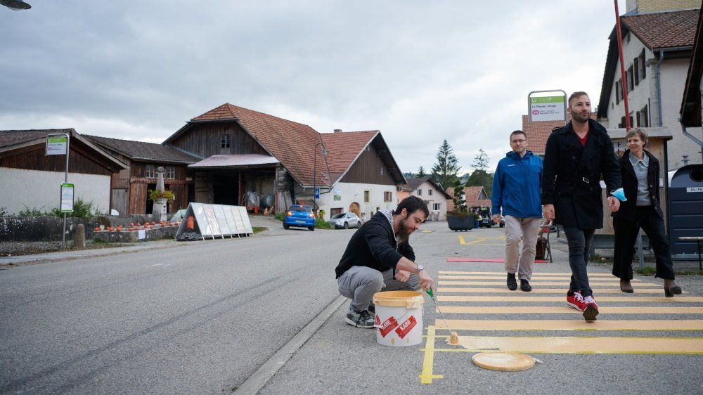 Fâchés par la suppression de trois des cinq passages pour piétons dans le village, les habitants du Pâquier ont peint leurs propres lignes jaunes, sur le trottoir bien sûr!