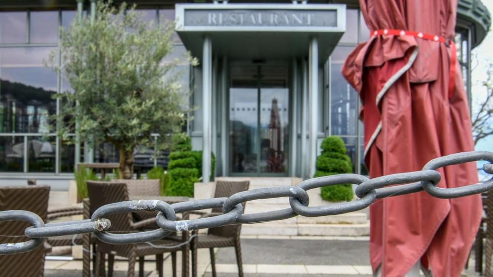 Les deux restaurants de l'hôtel Beau-Rivage sont fermés depuis vendredi 16 octobre. Des employés ont été testés positif au Covid-19 ces derniers jours.  Neuchatel, le 26 avril 2020 Photo: Christian Galley