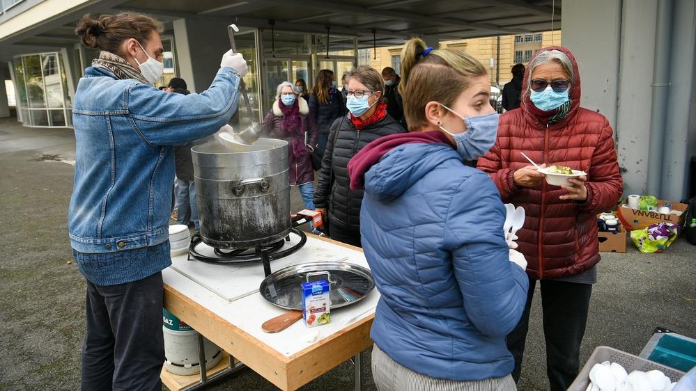 Soupe au caillou - Journee mondiale du refus de la misere.  Neuchatel, le 17 octobre 2020 Photo: Christian Galley