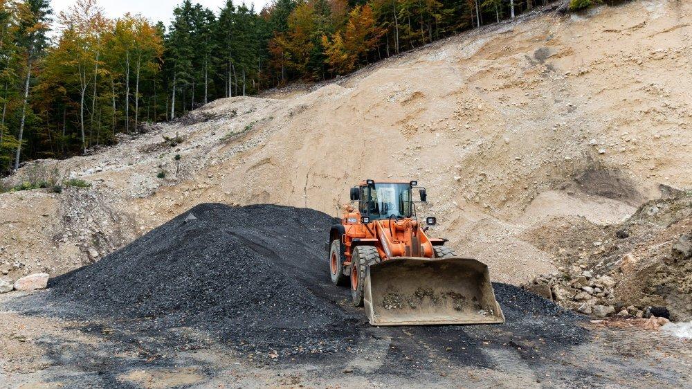 Vers mi-octobre, des tonnes de granulats bitumineux noirs, appelés fraisats, ont été déposés à même le sol dans la carrière de Sous-le-Mont, sur les hauts de Villiers.