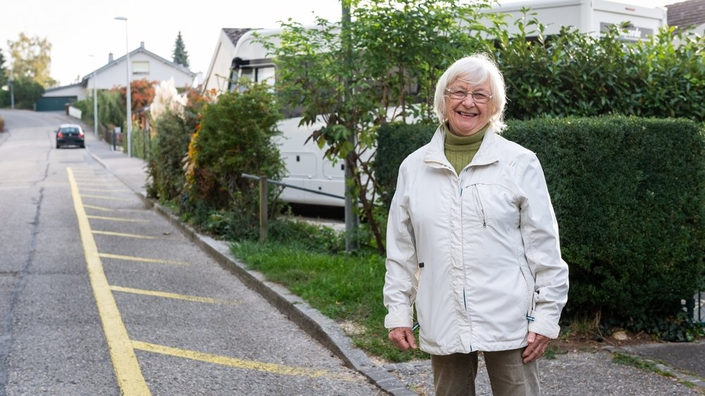 Privée de trottoir devant chez elle, à Neuchâtel, Sylvie Benoît se bat avec le sourire.