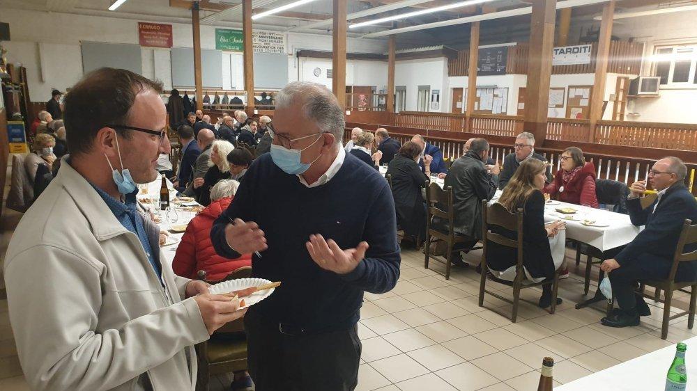 Mauro Quarta (masqué) avec le PLR Frédéric Vaucher, lors du débat politique organisé au Boccia-Club montagnard, à La Chaux-de-Fonds.