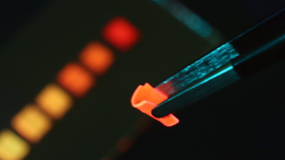 Le polymère luminescent développé par l'Empa est particulièrement flexible. Il est aussi perméable à l'air.