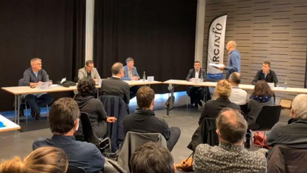 Les cinq candidats débattent en direct sur ArcInfo.