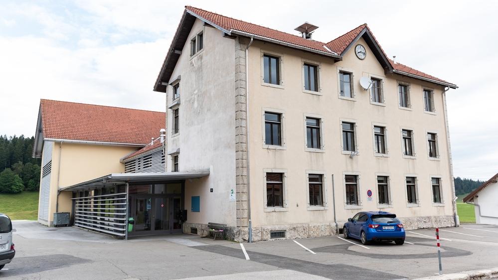 Malgré l'importante population d'élèves à La Chaux-du-Milieu, la fermeture du collège est à l'étude.