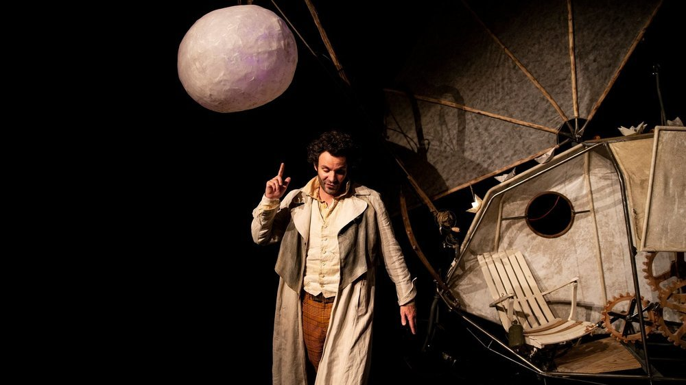 """Le comédien Frank Michaux joue le rôle de l'aventurier fou Mr. Brown dans un univers """"steampunk"""" à la Jules Verne."""