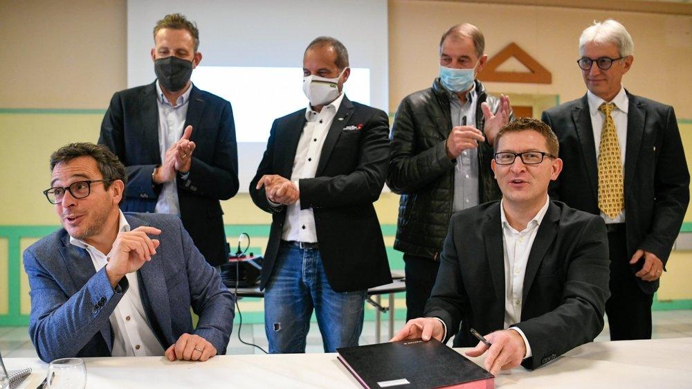Christophe Moreau, Richard Chassot, Jean-Louis Perrin et Alexandre Houlmann (debout) applaudissent Théo Huguenin-Elie et Cédric Bôle (assis) après la signature de la lettre de candidature commune.