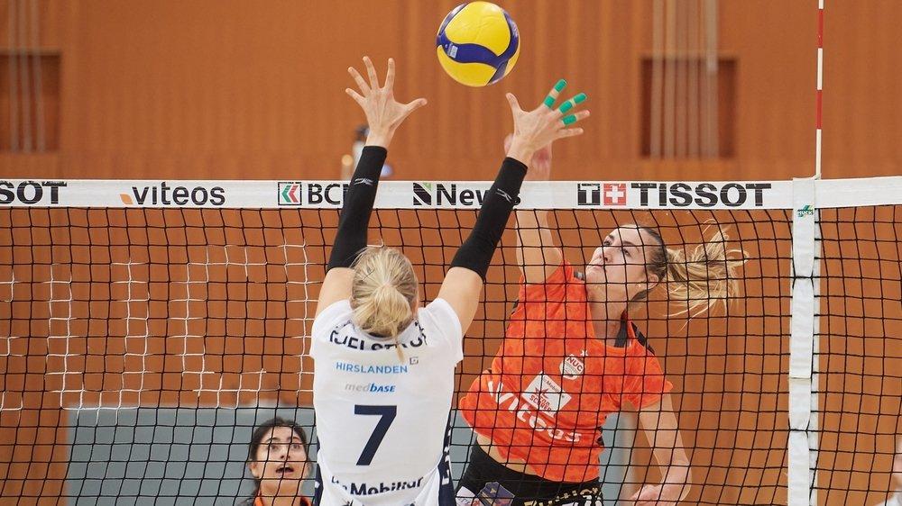 La top-scorer du NUC, Tia Scambray (en orange), prend le dessus sur Kjelstrup Trine Noer (no 7) de Guin. Une scène habituelle ce dimanche soir, à la Riveraine.