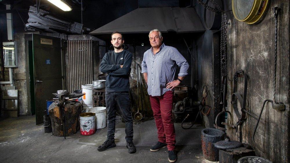 Serge Huguenin, patron de la fonderie de cloches Blondeau, accompagné par son fils Aloïs (à gauche), destiné à reprendre l'entreprise.