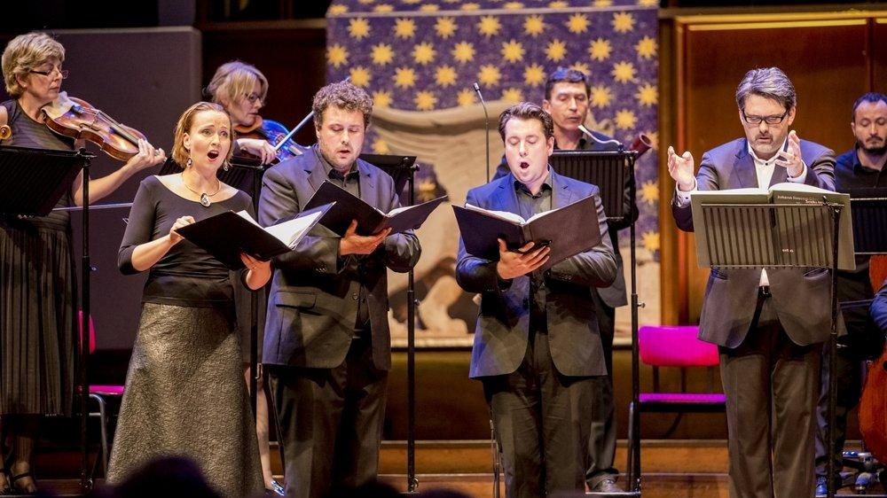 Les Gli Angeli sous la baguette de leur chef MacLoad (à droite).