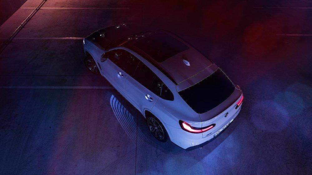 BMW équipe ses modèles X d'un «tapis de lumière» ou «light carpet», fourni par SUSS MicroOptics.
