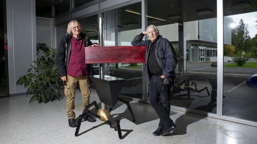 Pierre Bohrer (à g.) et Denis Schneider avec la sculpture de Boillat X offerte au Lycée Blaise Cendrars, à La Chaux-de-Fonds.