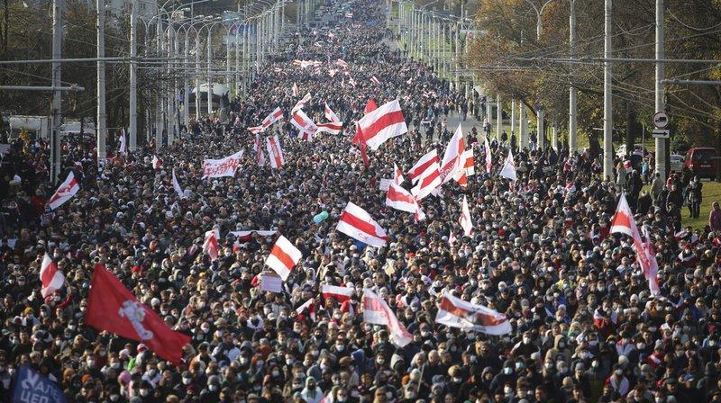 Biélorussie: des dizaines de milliers de manifestants malgré la menace de tirs