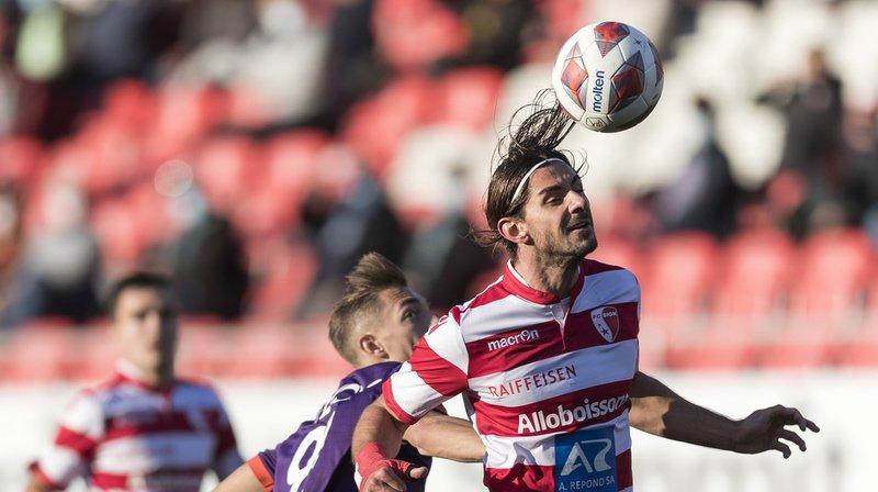 Le Sédunois Jan Bamert (en rouge et blanc) joue le ballon de la tête.