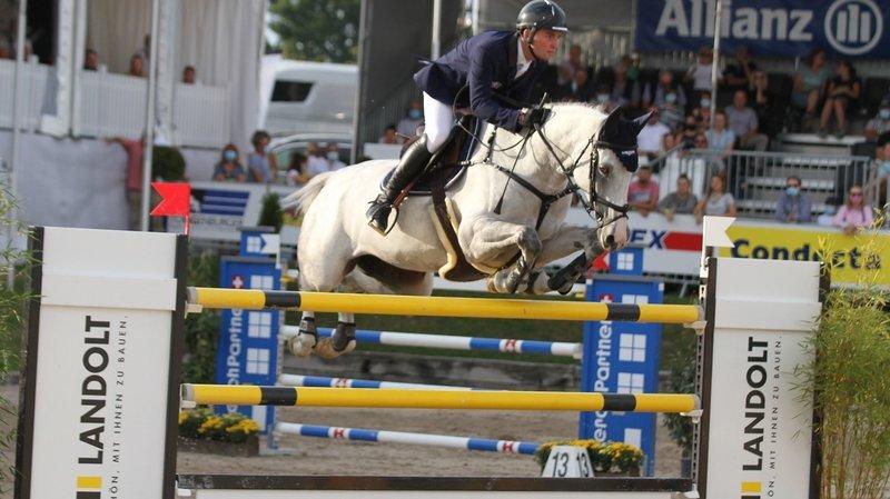 Le cavalier neuchâtelois Bryan Balsiger saute sur son nuage