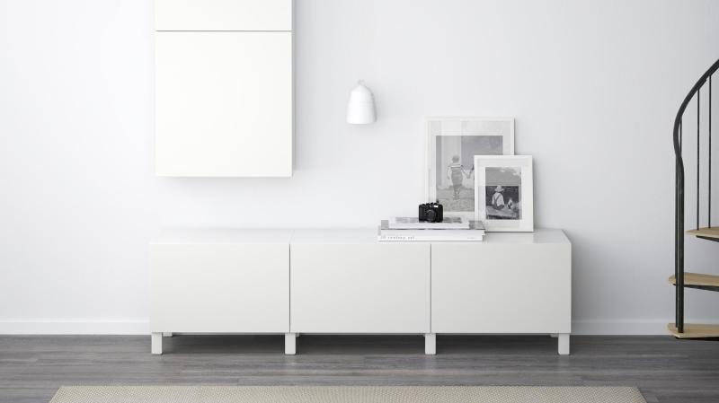 Pour que les meubles de rangement se fassent oublier, on les choisit de la même couleur que celle des murs. On privilégie aussi les modèles avec des portes qui permettent de cacher tout ce qui encombre visuellement la pièce.
