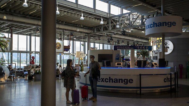 Afin de réduire ses coûts, l'entreprise prévoit de supprimer jusqu'à 110 emplois à l'aéroport de Zurich. Pour celui de Genève, la mesure concerne entre 60 et 90 postes (archives).
