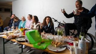 Fête des voisins à Neuchâtel: quand les amitiés se nouent au... garage!