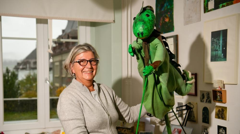 Cecilia Bloch dans son atelier avec la marionnette d'Androceto, qu'elle a fabriquée il y a plusieurs dizaines d'années.