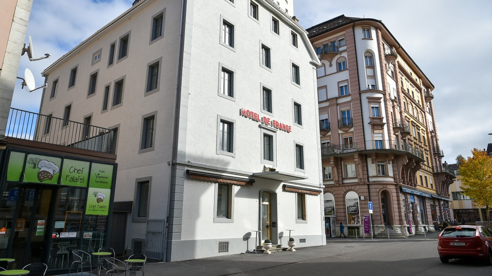"""Le """"Trocadéro"""" peint par Carolus en 1991 a disparu avec la rénovation en cours de l'hôtel de France, situé """"sur"""" la place de la Gare de La Chaux-de-Fonds."""