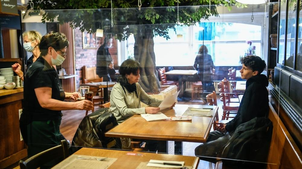 Nouvelles mesures pour lutter contre le Covid-19. Prise de température dans les bistrots, ici la brasserie de la Fontaine, à La Chaux-de-Fonds.  La Chaux-de-Fonds, le 24 octobre 2020 Photo: Christian Galley