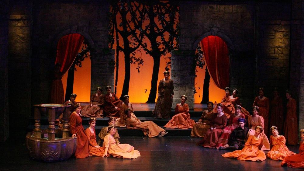 «Don Carlos» de Verdi mis en scène par Robert Bouvier, en 2012. Du lancement de la compagnie neuchâteloise Comiq'Opéra aux imposantes productions, l'art lyrique a dès le début tenu le haut de l'affiche au Passage.