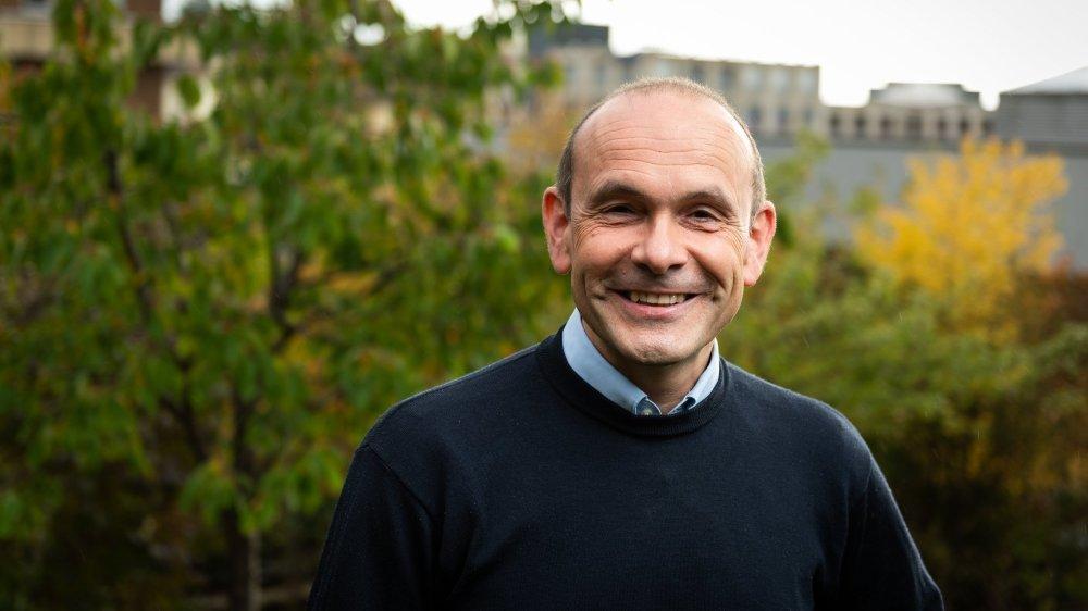Mauro Moruzzi, le nouveau conseiller communal vert'libéral de Neuchâtel, dans son jardin.