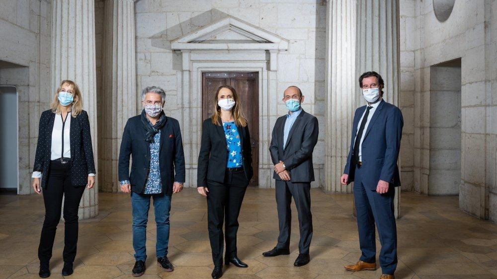 Le Conseil communal de la nouvelle commune de Neuchâtel, avec, de gauche à droite: Nicole Baur (Verts), Thomas Facchinetti (PS), Violaine Blétry-de Montmollin (PLR), Mauro Moruzzi (PVL) et Didier Boillat (PLR).