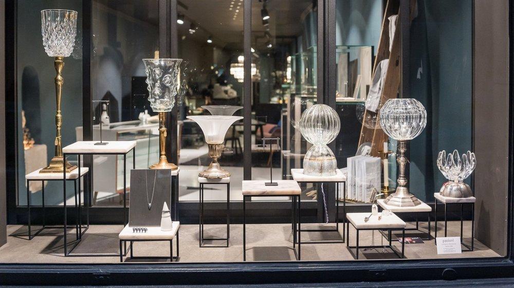 Les lampes de Dominique Paoloni pour éclairer les bijoux exposés dans la vitrine de 2xC.