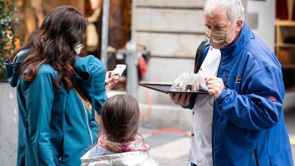 Le confiseur François Kolly distribuait ce samedi des chocolats au centre-ville de Neuchâtel, à l'enseigne de Chocolatissimo.