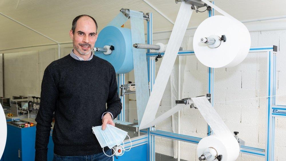 Nicolas Choain, le patron d'EP Automation SA, devant la ligne de production de masques chirurgicaux, à Boudry.