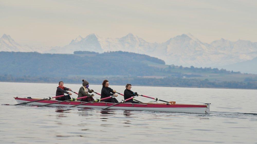 Les rameuses en rose, Elisabeth Herzig (à gauche) en tête, ont le lac de Neuchâtel comme terrain de jeu. Tout cela sous l'oeil bienveillant des trois Bernoises.