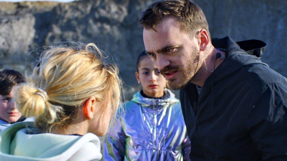 Dans le rôle du réalisateur, Vincent Veillon tente de maîtriser ses enfants…