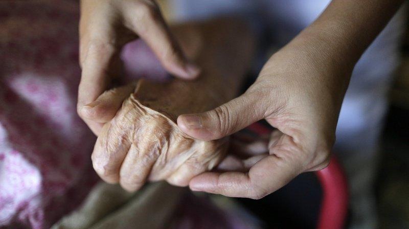 Le rôle des proches aidants est fondamental auprès de leurs proches, souvent dépendants de leur aide (illustration).