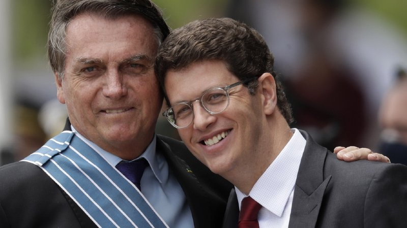 Le président brésilien Jair Bolsonaro, à gauche, se montre plus enclin au compromis. Il est ici photographié avec son Minisitre de l'Environnement, Ricardo Salles.