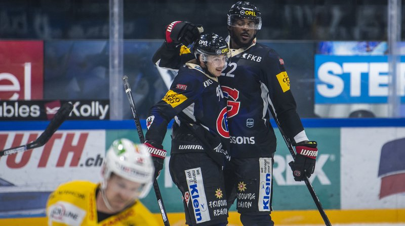 Joie du defenseur fribourgeois Dave Sutter, droite, avec son coequipier l'attaquant fribourgeois Nathan Marchon, centre, apres le premier but lors du match du championnat suisse de hockey sur glace de National League entre le HC Fribourg-Gotteron et le EHC Biel-Bienne.