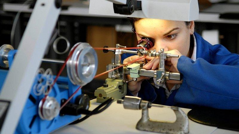 La formation horlogère tiraillée entre le geste traditionnel et le luxe industriel
