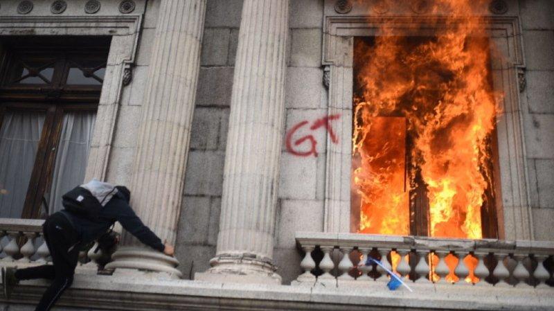 Des manifestants ont mis le feu au bâtiment du Parlement.