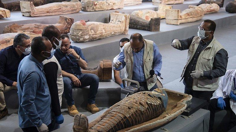 Un des cercueils contenait une momie enveloppée dans un linceul orné de hiéroglyphes colorés.