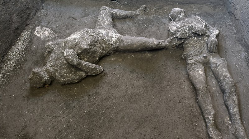 Les restes de deux victimes de l'éruption de 79 après JC à Pompéi ont été découverts, probablement un jeune esclave et son maître. Leurs corps ont pu être reconstitués dans la position émouvante qu'ils avaient au moment de leur mort, a annoncé samedi le site archéologique italien.