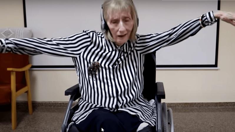 Vidéo: Le Lac des Cygnes permet à une ancienne danseuse touchée par Alzheimer de se rappeler d'une chorégraphie