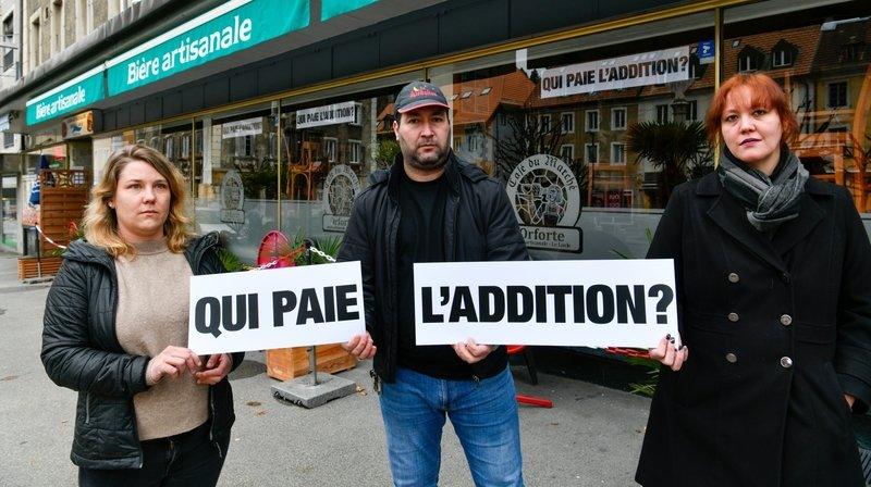 Laura Stenz, Ghani et Véronique Ben Rabah, commerçants loclois, appellent les autorités communales de tout le canton au secours, via des banderoles posées sur les vitrines.