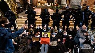 Interdiction de l'avortement en Pologne: manifestations dans des églises
