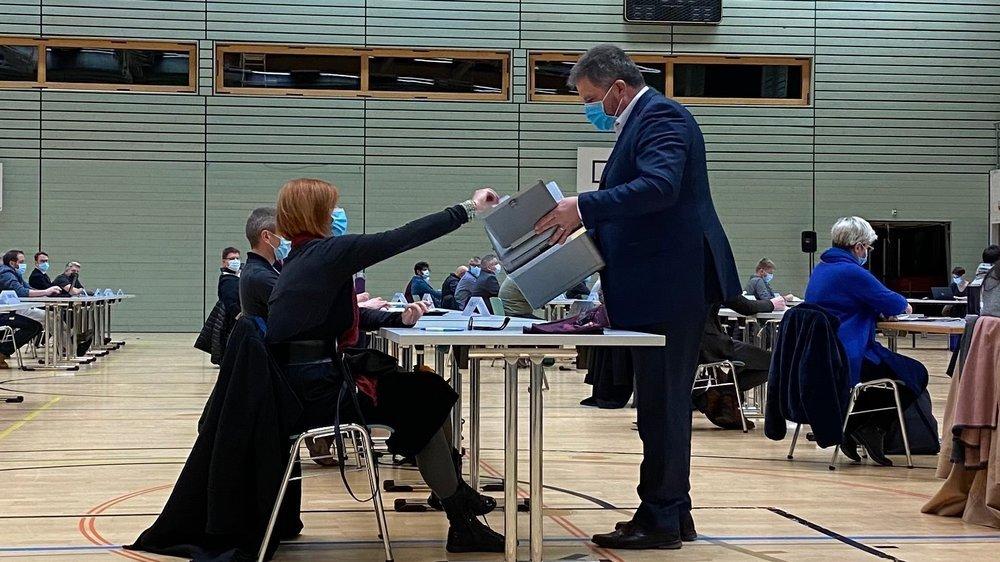 Vendredi soir, le Conseil général vallonnier élisait son exécutif. La Verte Marie-France Vaucher dépose ici son bulletin vote pour cette élection. Sa candidature n'a pas été retenue.