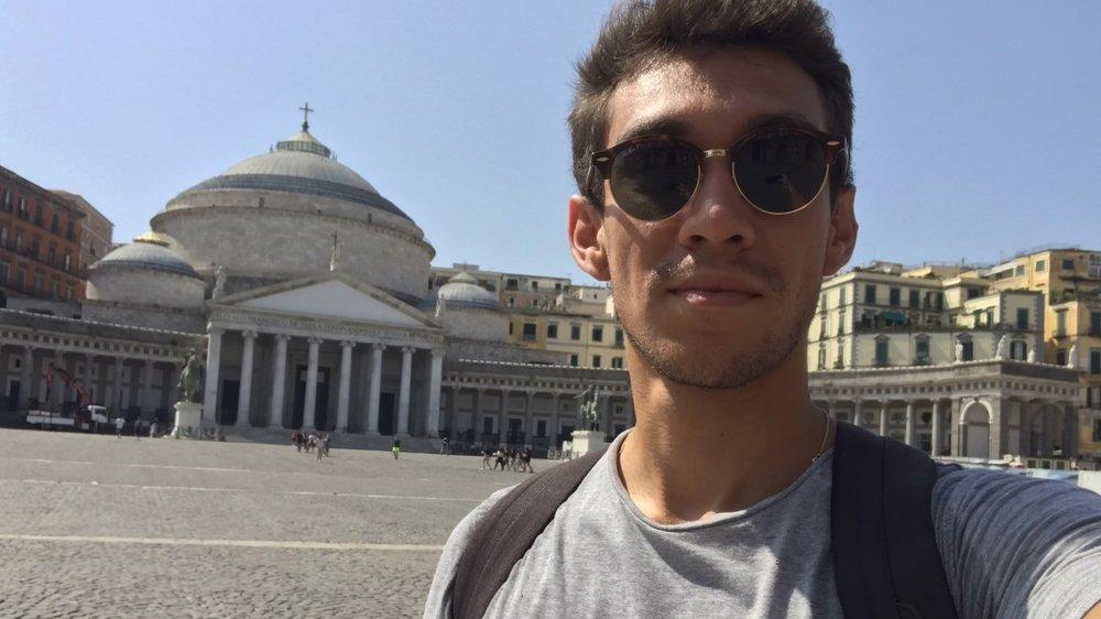 Malgré la pandémie, quelques rares étudiants de l'Université de Neuchâtel ont maintenu leur échange avec une université étrangère. C'est le cas de Tibor, qui effectue un semestre de mobilité à Naples.